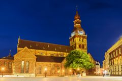Haube-Kathedrale in Riga die Lieferung verankerte im Kanal stockbilder