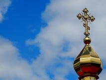 Haube mit einem Kreuz der christlichen Kirche gegen den Himmel Stockbild