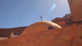 Haube mit einem Kreuz im Kloster von St. Catherine stock footage
