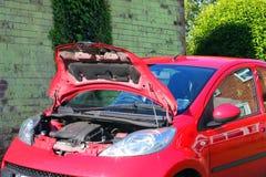 Haube oder Mütze offen auf einem Fahrzeug lizenzfreie stockfotografie