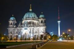 Haube und Fernsehapparat ragen in Berlin nachts hoch Lizenzfreie Stockfotos