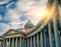 Haube und Kolonnade von Kasan-Kathedrale in St Petersburg, Russland im Sonnenunterganglicht lizenzfreies stockbild