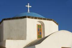Haube und Kreuz der orthodoxen Kirche in Pyrgos, Santorini, Griechenland Stockfotos
