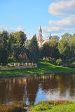 Hauben der Kirche des Flusses Papstes Kliment und Tvertza in der Mitte von Torzhok-Stadt, Russland Lizenzfreie Stockbilder