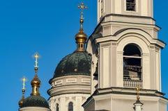 Hauben der Russisch-Orthodoxen Kirche und des Glockenturms Stockfotografie
