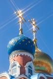 Hauben der Russisch-Orthodoxer Kirche mit Kreuz gegen Himmel Stockbild