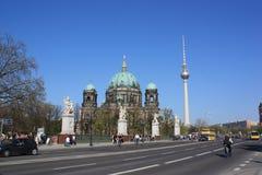 Hauben-Kirche von Berlin und Fernsehkontrollturm Lizenzfreies Stockbild