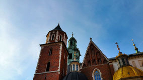 Hauben von zwei Renaissancekapellen auf der Seite der Kathedrale auf Wawel-Hügel in Krakau Polen Stockfotografie