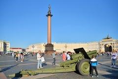 Haubitze auf Palastquadrat während der Militär-patriotischen Tat der Stadt Lizenzfreie Stockbilder