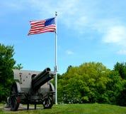 Haubitze und amerikanische Flagge Stockfotografie