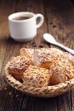 Hauchplätzchen mit Nüssen und Kaffee Stockfoto