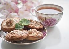 Hauchplätzchen und englischer Tee Stockfotografie