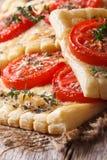 Hauchtorten mit der Tomate, Käse und Kräutern Makro vertikal Lizenzfreie Stockfotografie