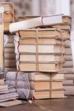 Haufen der alten Bücher in der Weinlesebibliothek Stockfoto