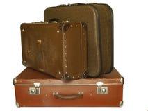 Haufen der alten Koffer getrennt auf Weiß lizenzfreies stockfoto