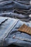 Haufen der modernen Entwerfer-Blue Jeans Stockfoto