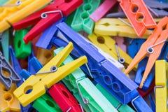 Haufen der Plastikwäschereiwäscheklammer in den klaren Farben Stockfoto