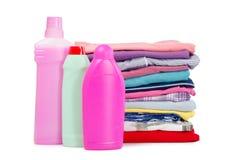 Haufen der reinen Kleidung mit unterschiedlichem Reinigungsmittel Lizenzfreie Stockbilder