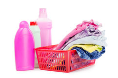 Haufen der reinen Kleidung mit unterschiedlichem Reinigungsmittel Stockfotografie