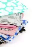 Haufen des Baumwollgewebematerials lokalisiert auf Weiß Stockfoto