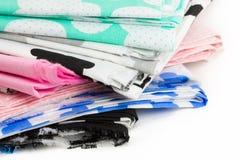 Haufen des Baumwollgewebematerials lokalisiert auf Weiß Stockbilder