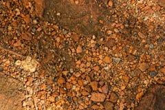 Haufen des defekten roten Backsteins, Krume des gebrannten Lehms, Bauabfall lizenzfreies stockbild