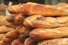 Haufen des französischen Brotes auf freiem Markt Stockbild