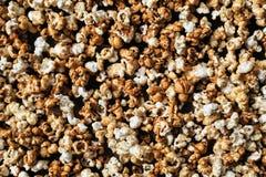 Haufen des frischen Popcorns als Hintergrund Lizenzfreie Stockfotos
