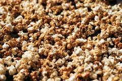 Haufen des frischen Popcorns als Hintergrund Lizenzfreies Stockbild
