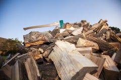 Haufen des gehackten Holzes, Blick von der Unterseite Lizenzfreie Stockfotografie