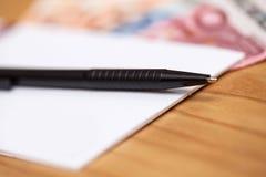 Haufen des Geldes auf Bürotisch Lizenzfreie Stockfotos