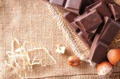 Haufen des Handwerkers teilt Schokolade mit Draufsicht der Haselnüsse ein Lizenzfreies Stockfoto