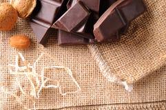 Haufen des Handwerkers teilt Schokolade mit Draufsicht der Mandel ein Lizenzfreie Stockfotografie