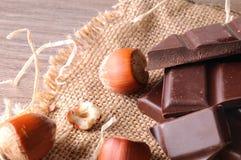Haufen des Handwerkers teilt Schokolade mit Haselnüsse erhöhter Spitze V ein Stockfoto