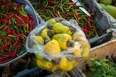 Haufen des reifen Acajoubaums trägt für Verkauf in Thailand-Markt Früchte Lizenzfreie Stockfotos