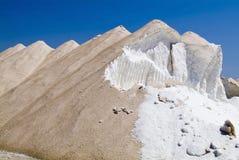 Haufen des rohen Salzes gegen blauen Himmel Stockfoto