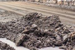 Haufen des schmutzigen Schnees auf den Straßen stockfoto