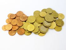 Haufen des sortierten Euros und der Kupfermünzen des Centgeldes mit einem weißen Hintergrund lizenzfreies stockfoto