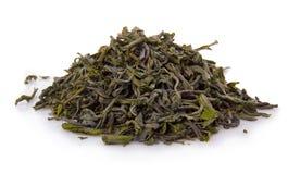 Haufen des trockenen grünen Tees lokalisiert auf Weiß lizenzfreies stockbild
