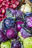 Haufen des violetten purpurroten Kohls im Kleingemüsesupermarkt für Verkauf Stockbilder