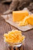 Haufen des zerriebenen Cheddarkäses Lizenzfreie Stockfotografie