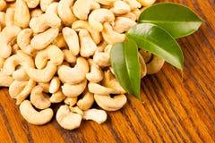 Haufen von Acajounüssen, gesunder Snack auf hölzernem Hintergrund Stockbild