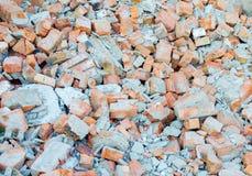 Haufen von alten gebrochenen Ziegelsteinen Stockfotografie