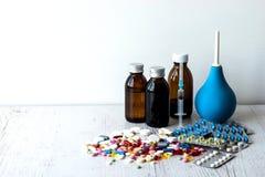 Haufen von Blasen von bunten Pillen und von medizinischen Flaschen auf einem weißen Hintergrund stockbilder