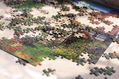 Haufen von bunten Puzzlespielelementen auf beige Oberfläche Lizenzfreies Stockfoto
