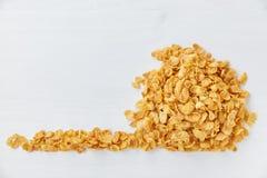 Haufen von Corn-Flakes auf einem gemalten weißen hölzernen Hintergrund Freier Raum für das Beschriften stockbild