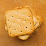 Haufen von den quadratischen Crackerplätzchen Stockbild