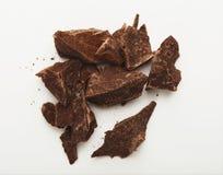 Haufen von den Schokoladenstücken lokalisiert auf Weiß Lizenzfreie Stockbilder