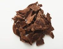 Haufen von den Schokoladenstücken lokalisiert auf Weiß Lizenzfreie Stockfotografie