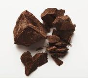 Haufen von den Schokoladenstücken lokalisiert auf Weiß Stockfotos